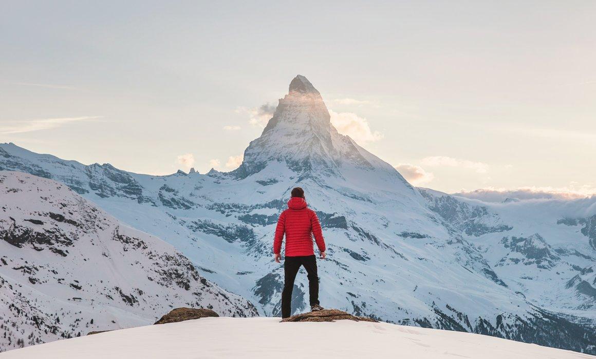 Regardez vers le sommet de la montagne